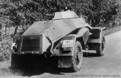 Sd Kfz 221 with a Dunkelgrau and Dunkelbraun camouflage pattern.